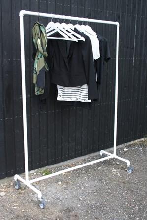 Fritstående tøjstativ på hjul  – pulverlakeret i farverne sort eller hvid
